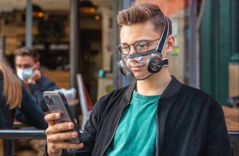 Маски из прозрачного материала позволят слабослышащим читать по губам