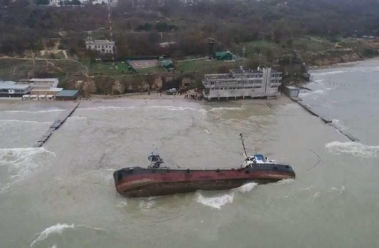 С затонувшего танкера Delfi в Одессе вытекают нефтепродукты