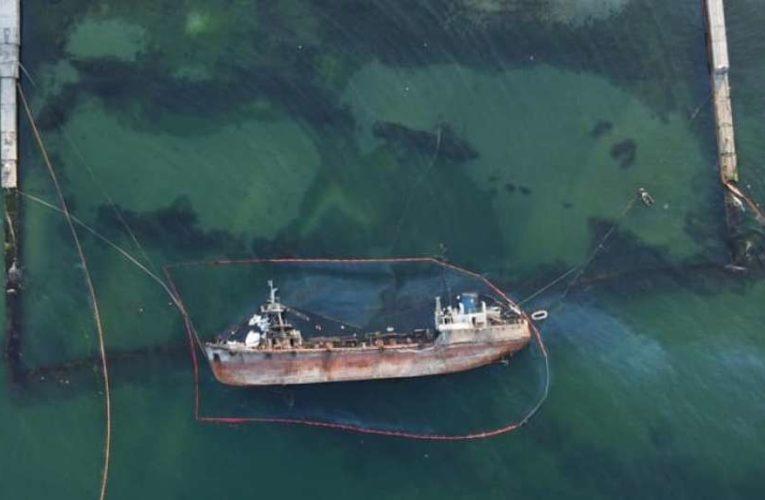 Из танкера Delfi в Одессе произошла новая утечка нефтепродуктов