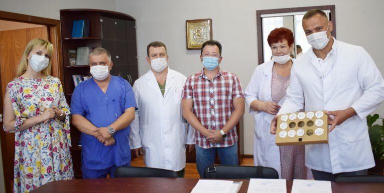 БФ «Квитна» передал в Национальный институт рака 11 кислородных датчиков, которые необходимы для корректной работы аппаратов ИВЛ