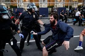 В США вспыхнули новые массовые протесты из-за стрельбы полицейских в афроамериканца