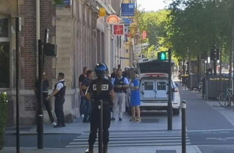 Во Франции мужчина с оружием захватил заложников
