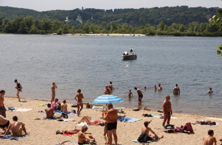 Почти на всех столичных пляжах запрещено купаться