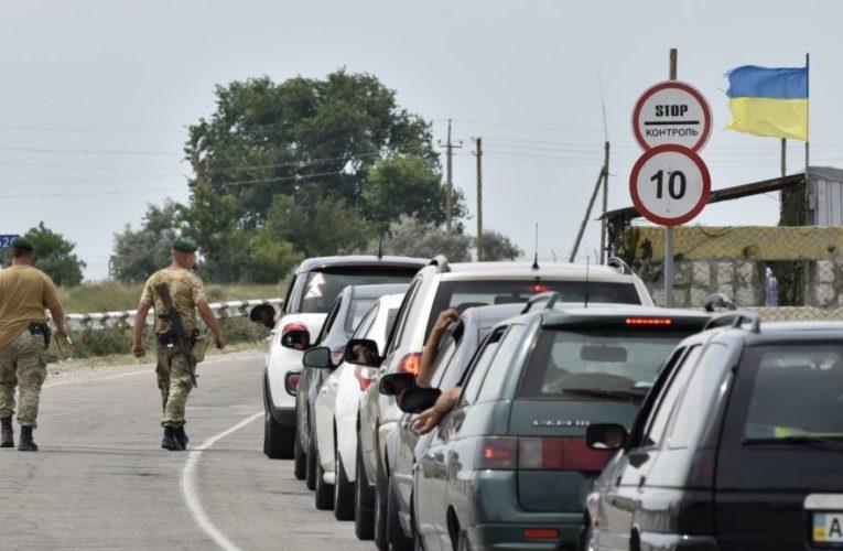 Стало известно, кому разрешат пересекать границу с аннексированным Крымом