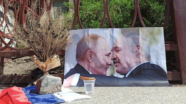 В Киеве сожгли портрет Путина и Лукашенко