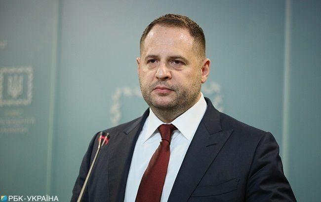 Глава Офісу президента України заявив, що через неможливість організації захищеного зв'язку вдома він перебуває на самоізоляції з COVID-19 в «Феофанії»