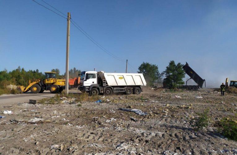 У Києві триває ліквідація пожежі на звалищі в Дарницькому районі, вогонь частково перекинувся на торфовища — ДСНС