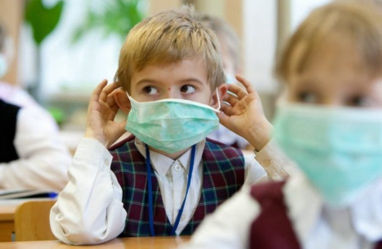 Родителям объяснили, сколько и каких масок должно быть у школьника