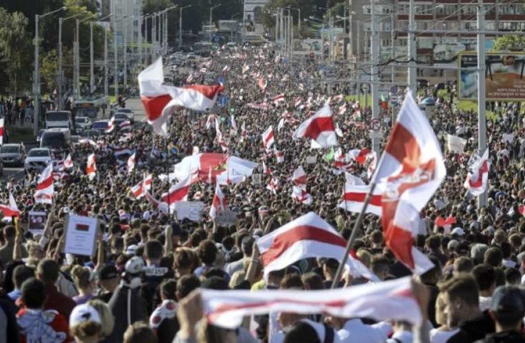 Участники акции протеста в центре Минска возводят баррикады
