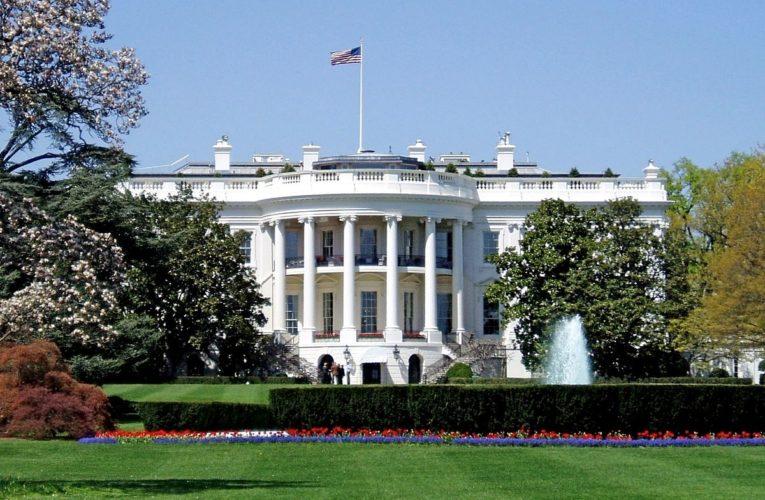 Десятки співробітників Білого дому заразилися коронавірусом
