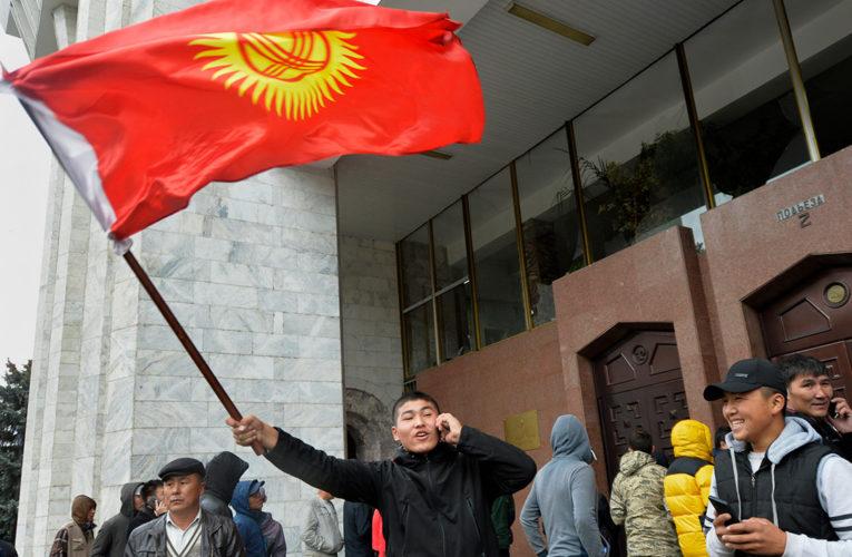 На фоне протестов в Киргизии премьер-министр и спикер парламента подали в отставку