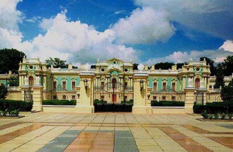 В Мариинском дворце после ремонта обвалилась лепнина (ФОТО)