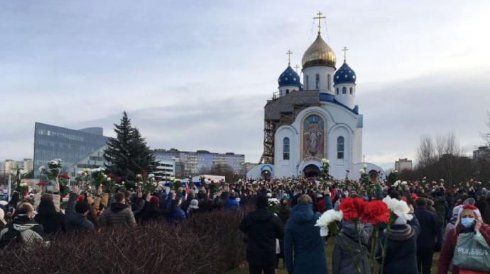 У Білорусі тисячі людей прощаються з убитим активістом