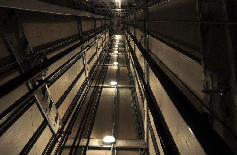 В Киеве оборвался лифт с пассажиром
