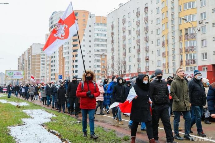 Силовики затримують протестувальників по всьому Мінську