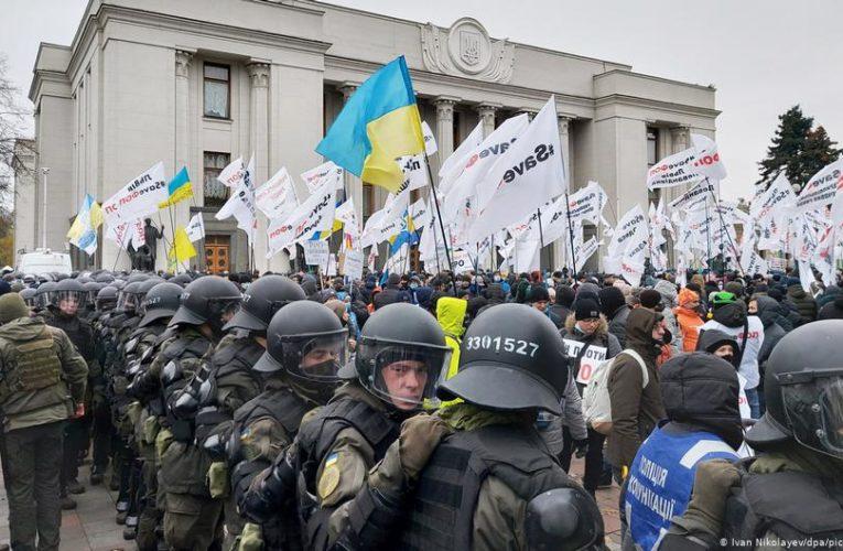 Під Верховною Радою сталися сутички: поліція відтіснила мітингувальників