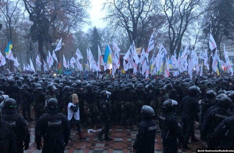 Протестувальники під Радою розходяться, поліція нікого не затримала