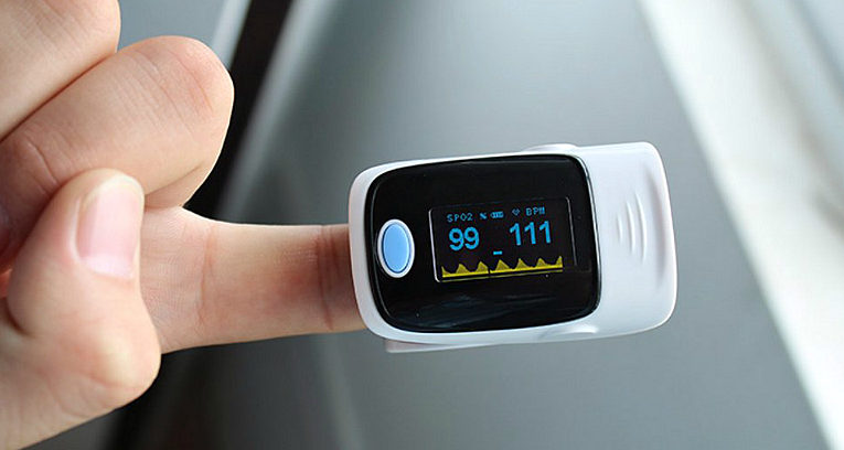Пацієнтам, які хворіють на COVID-19 удома, варто користуватись оксиметрами, щоб завчасно помітити погіршення