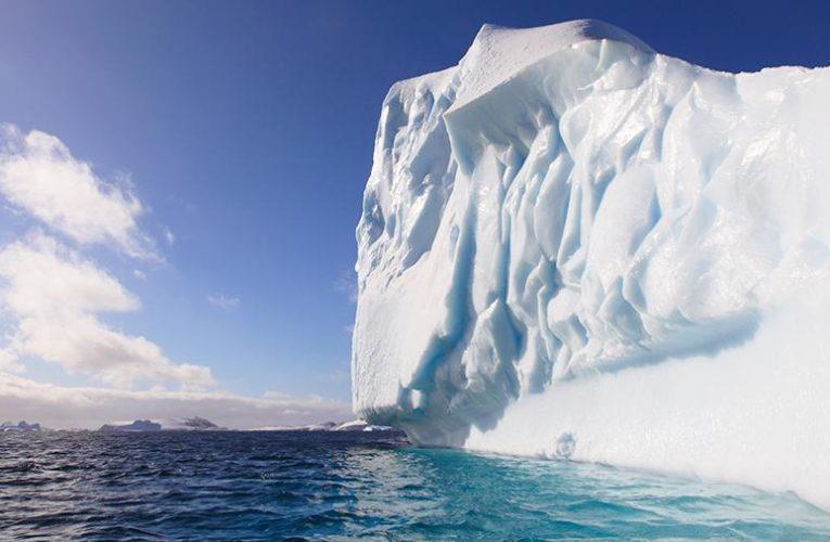 Айсберг размером с американский штат идет на таран острова в Атлантике