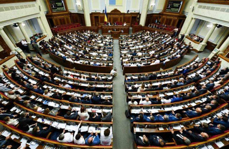 Депутатам разрешили брать помощников без высшего образования