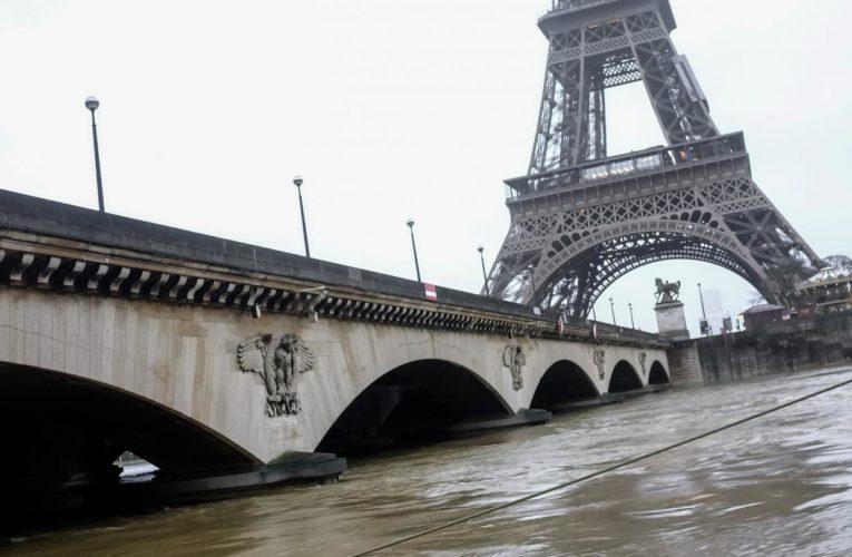 Сена затопила набережные Парижа
