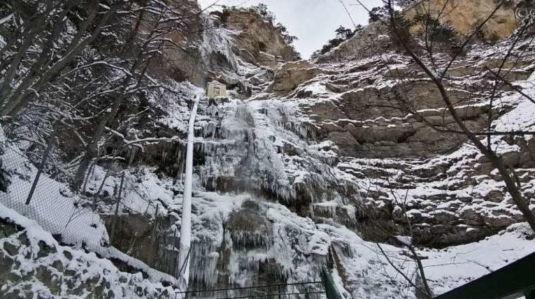 В Крыму замерз самый высокий водопад (фото)