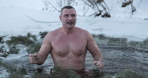 Мэр Киева нырнул в прорубь и поздравил киевлян с праздником Крещения
