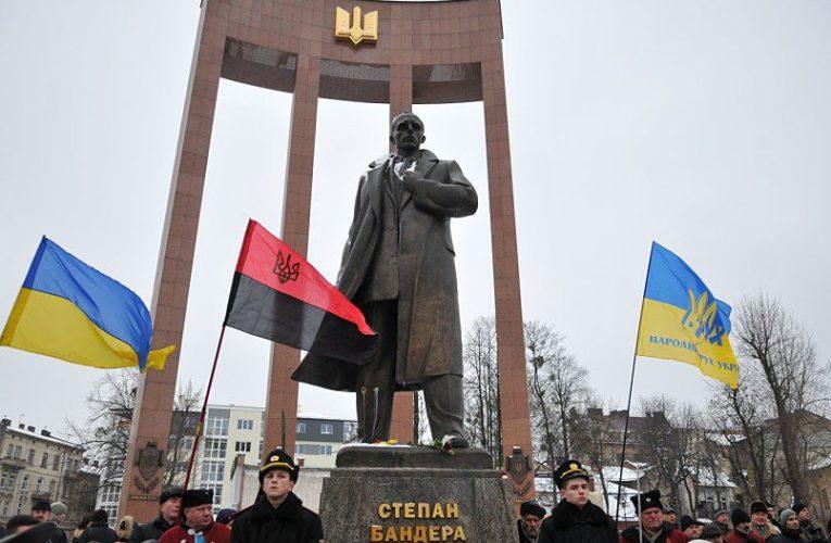 Памятник Бандере облили краской во Львове