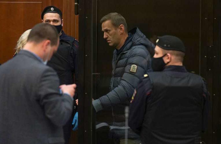 Мосгорсуд приговорил Навального к 3,5 годам тюремного заключения