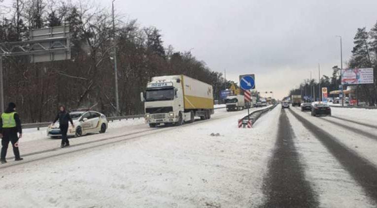 Полиция перекрыла Житомирскую трассу