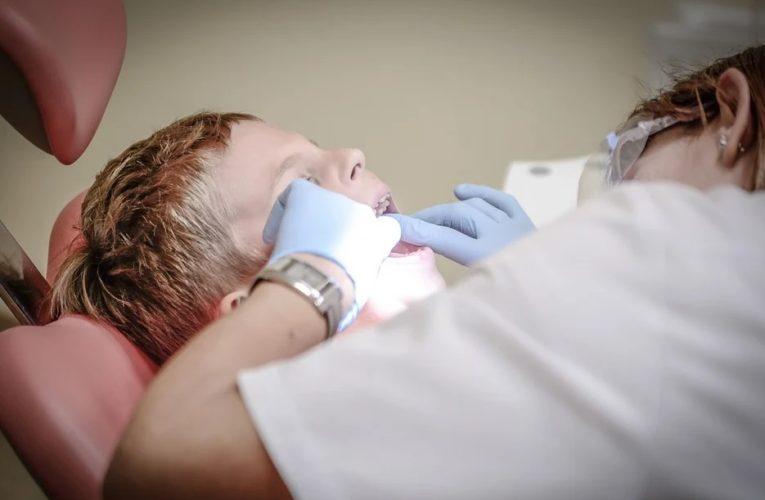 Душила, когда лечила зубы: в Ровно стоматолога уличили в регулярном избиении детей