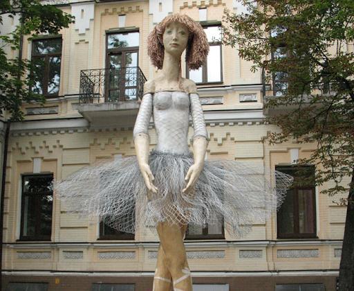 В Киеве вандалы сломали легендарную деревянную скульптуру
