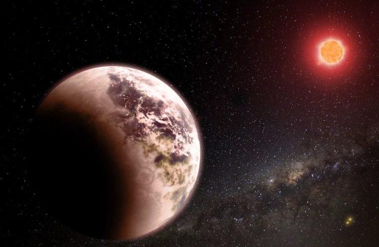 Ученые обнаружили экзопланету с видимой атмосферой