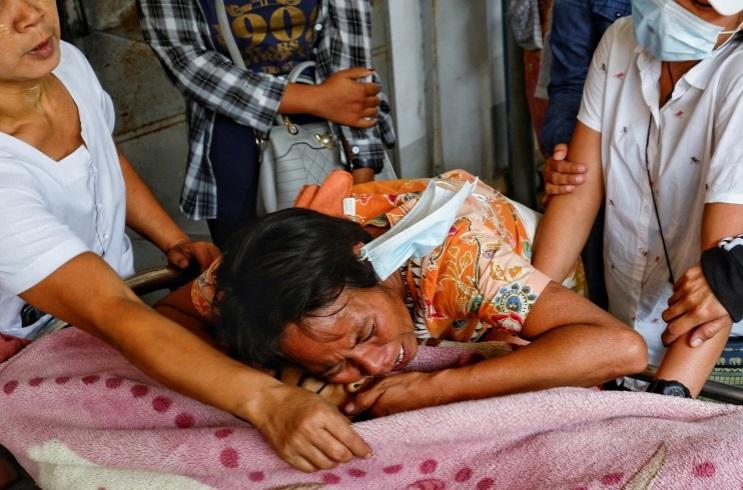 Военные в Мьянме застрелили семилетнюю девочку, бежавшую в объятия отца