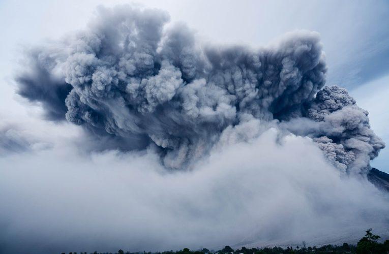 Вулкан на Суматре выбросил столб пепла на высоту несколько километров (Видео)