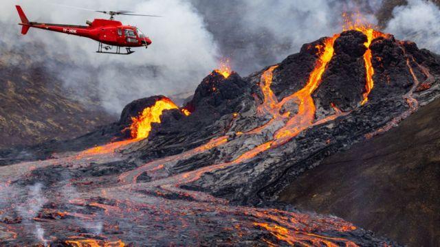 Новая трещина с лавой образовалась в районе извержения вулкана в Исландии (Видео)