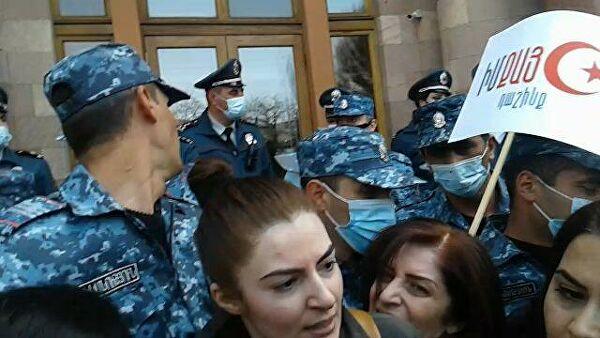 Женщины в Ереване вышли на улицы против Пашиняна