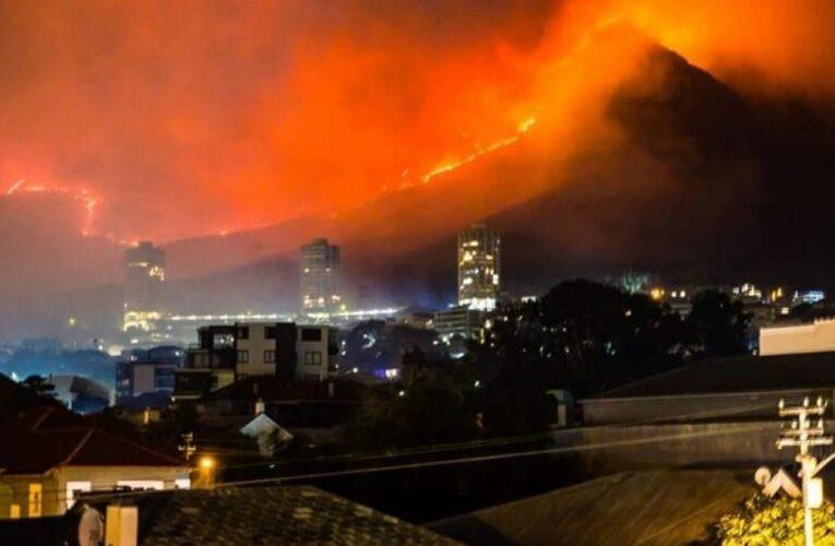 Лесной пожар вокруг Кейптауна усилился