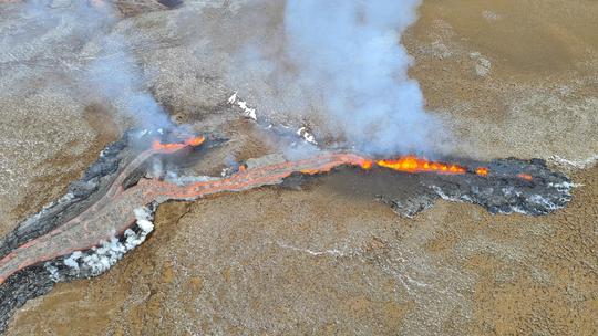 Рядом с вулканом в Исландии образовалась новая трещина (Фото)