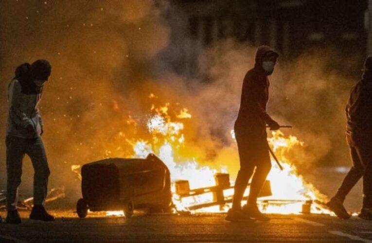 Северная Ирландия уже шестую ночь подряд охвачена беспорядками