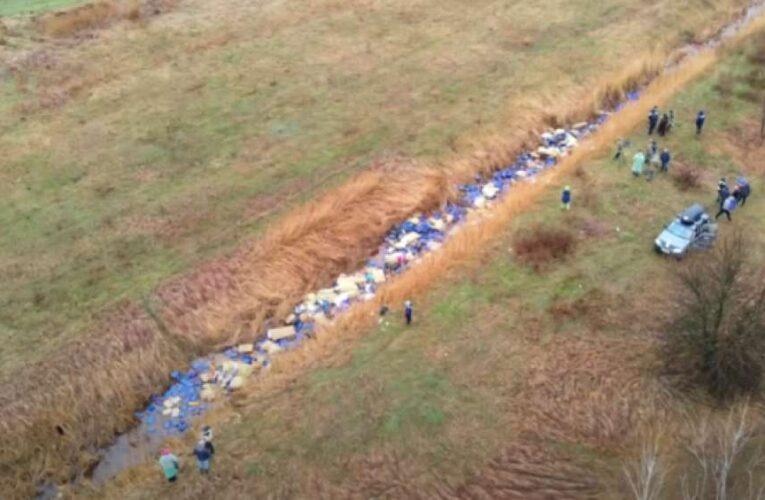 Из реки на Киевщине  вытащили около трех тысяч канистр с химикатами