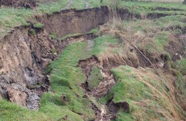 На Львовщине рядом с жилым домом разверзлась 30-метровая пропасть