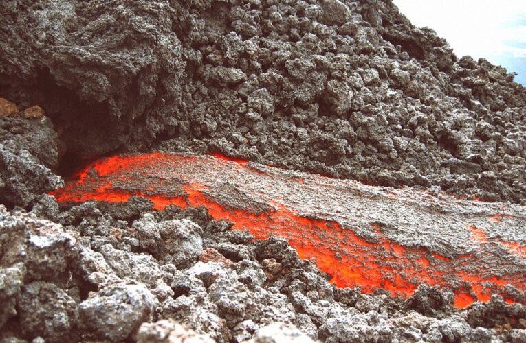 Ученые открыли микробов, которые питаются извержением вулканов
