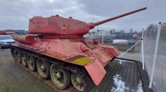 У жителя Чехии обнаружили розовый танк и артустановку