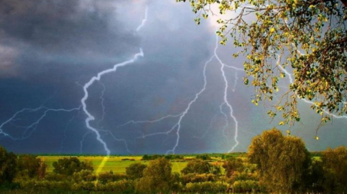 Сегодня на Украину возвращаются грозовые дожди и шквальный ветер