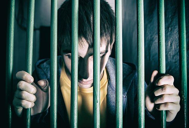Ежегодно почти 300 украинских детей приговаривают к тюремному заключению
