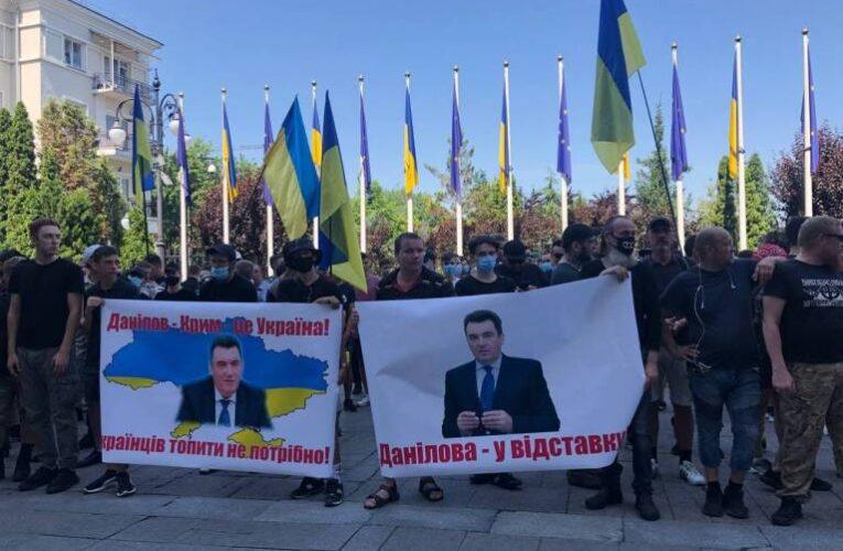 Центр Киева заблокирован: к ОП пришли разгневанные активисты (Фото, Видео)