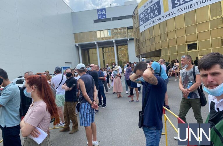 В Киеве под МВЦ выстроилась рекордная очередь на вакцинацию