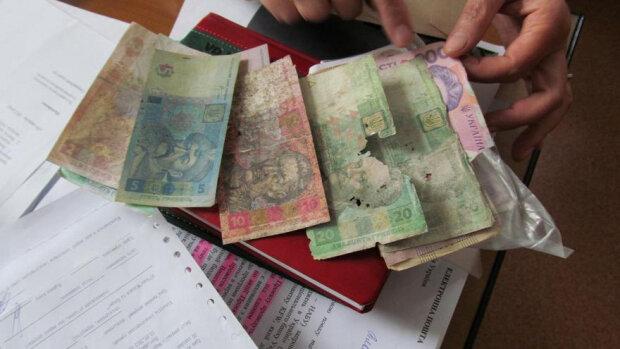 Что делать с изношенными и порванными банкнотами, объяснили в Нацбанке