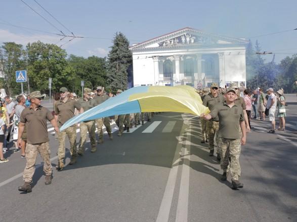 В Мариуполе военные развернули самый большой флаг Украины